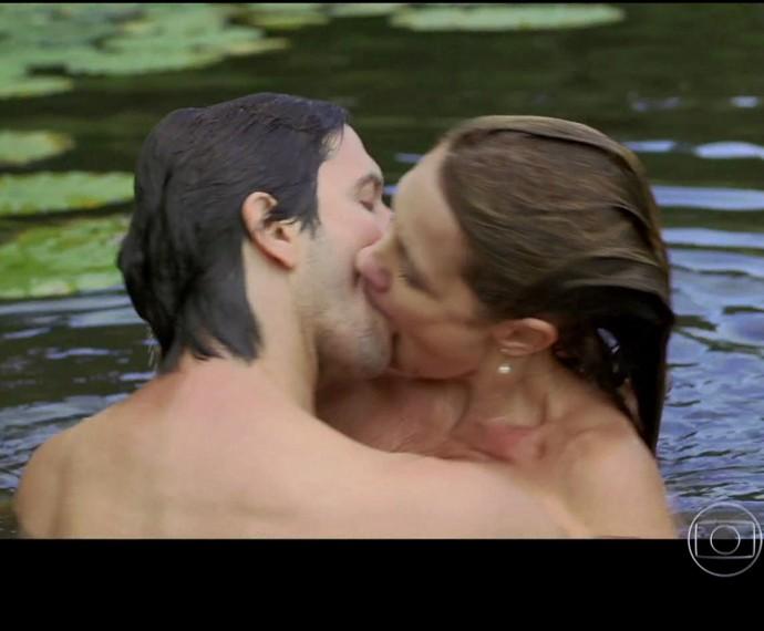 Casal vive um triângulo amoroso em Real Beleza (Foto: TV Globo)
