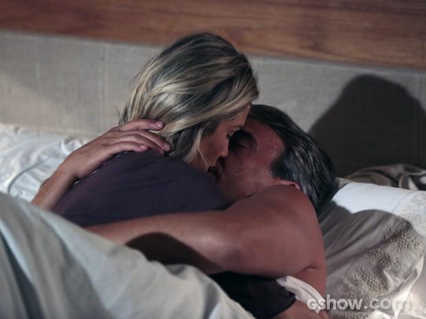 Helô e Thomaz acabam na cama (Foto: Felipe Monteiro/TV Globo)