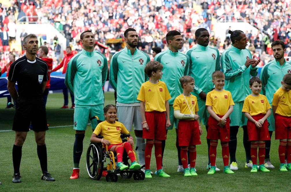 Cristiano Ronaldo se prepara para ouvir o hino luso com mascote cadeirante em Rússia x Portugal pela Copa das Confederações (Foto: REUTERS/Maxim Shemetov)