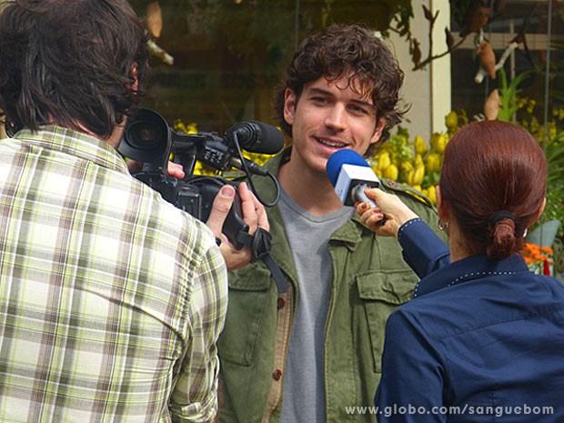 Bento dá entrevista para Sueli Pedrosa (Foto: Sangue Bom / TV Globo)
