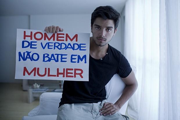 Rodrigo Simas em campanha contra violência (Foto:  Marizilda Cruppe / Divulgação)