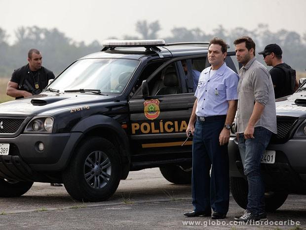 Mantovani e Cassiano aguardam o pouso da aeronave (Foto: Flor do Caribe / TV Globo)