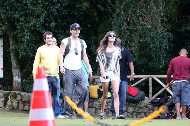 Paul Wesley e sua namorada Phoebe Tonkin, visitam a rampa da Pedra Bonita (Foto: André Freitas/ AgNews)