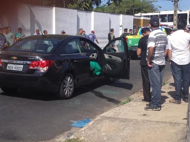 Empresário estava no banco do carona do carro que era conduzido pelo filho (Foto: Juliana Barros/G1)