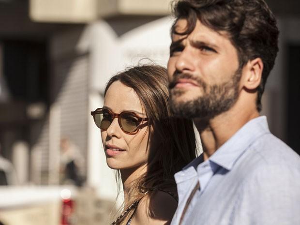 Os dois passeiam pela cidade e falam sobre a vida da jovem (Foto: Inácio Moraes/TV Globo)