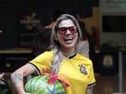 Clara e Vanessa ganham melancia de fãs em aeroporto