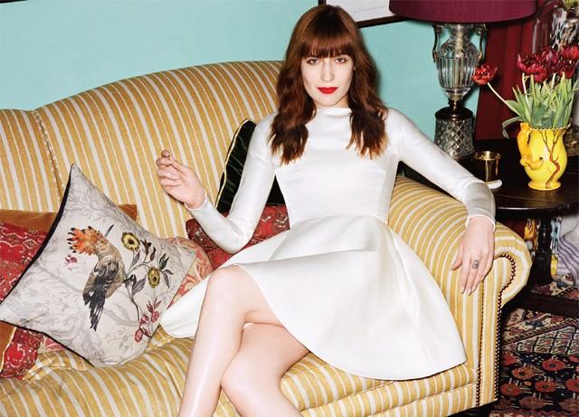Florence Welch, de vestido Louis Vuitton e esparpins Dior, em seu sofá, sobre antigo tapate turco Bergama (Foto: Angelo Pennetta)