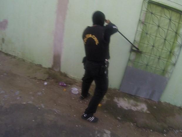 Policiais cumpriram mandado coletivo e entraram em mais de 150 casas (Foto: SSPDS/Divulgação)