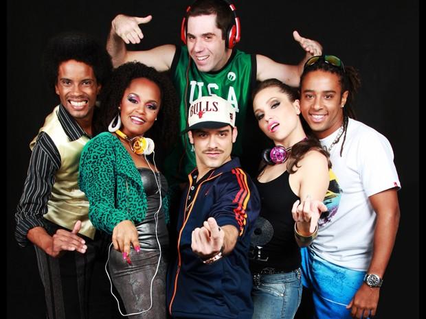 Autor Pedro Monteiro (de fone) e os outros atores do espetáculo 'Funk Brasil' (Foto: Divulgação / Andrea Rocha / ZBR)