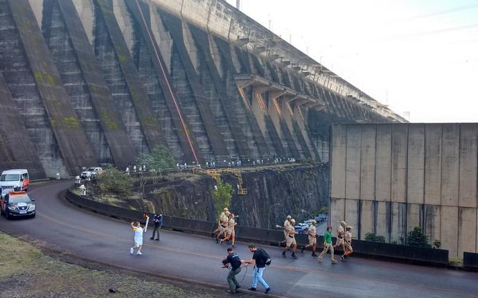 Na Usina de Itaipu, a tocha olímpica também passou pelas mãos de funcionários da hidrelétrica binacional (Foto: Fabiula Wurmeister)