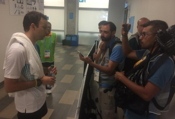 Jornalistas guatemaltecos entrevistam Kevin após vitória (Foto: Globoesporte.com)