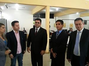 Representantes da coligação e advogados estiveram no Fórum de Justiça protocolando pedido de diplomação (Foto: Oberdan Silva/TV Tapajós)