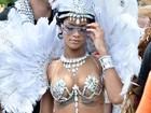 Fantasiada de passista, Rihanna se joga no carnaval em Barbados