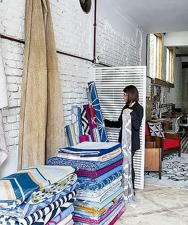 Espaço de exposição: no ateliê com pé-direito alto e espaço amplo, a gerente Morgana de Carvalho mostra os tapetes (Foto:  Lufe Gomes/ Editora Globo)