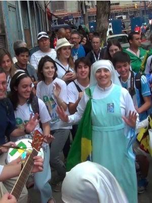 Irmã Inez improvisa show no meio da rua  (Foto: Arquivo pessoal)