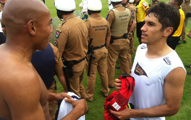 Jogadores do Paraná e Atlético-PR trocam a camisa depois de jogo emocionante (Foto: Gabriel Hamilko/GLOBOESPORTE.COM)