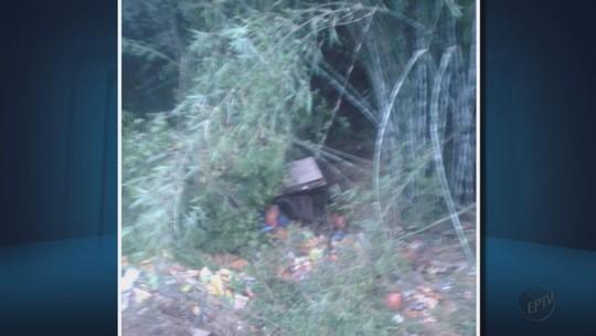 Carreta tomba em ribanceira e deixa motorista ferido próximo a Paraguaçu