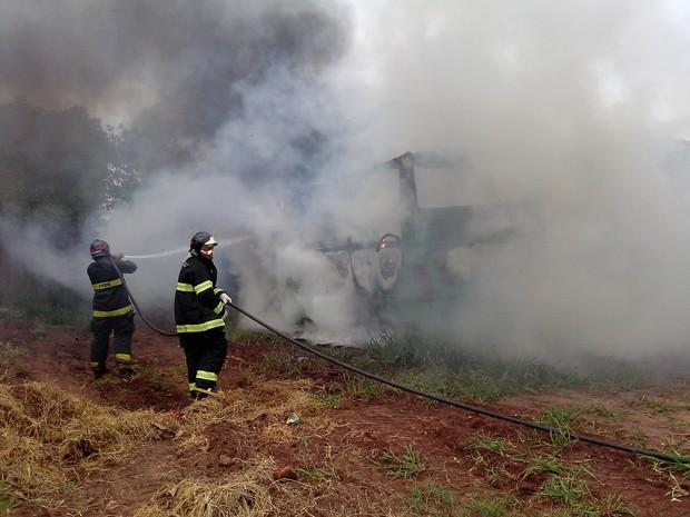 Ônibus rural fica destruído após fogo e polícia suspeita de crime em Brotas (Foto: Carlos Rosolen/Corpo de Bombeiros)