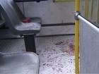 Cobrador de ônibus é esfaqueado e passageiros agridem assaltante