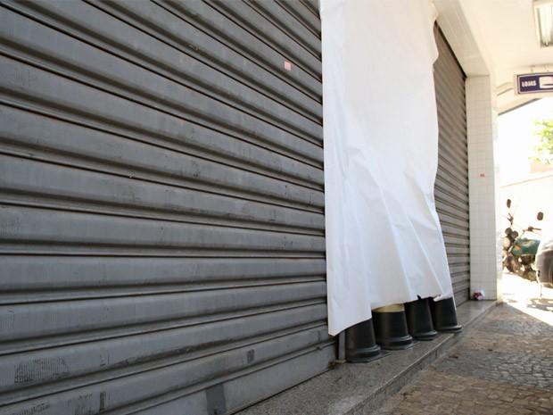 Criminosos arrombam porta com carro e roubam loja em São José (Foto: Carlos Santos/G1)