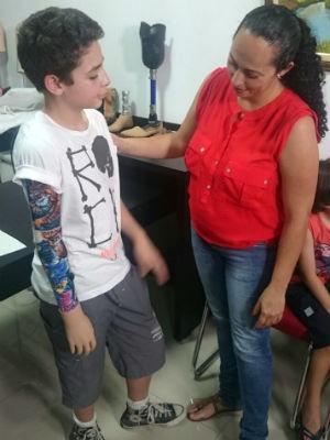 Mãe acompanhou o teste da prótese (Foto: Ana Carolina Levorato/G1)