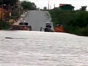 Ponte sobre o Rio Quaraí ficou submersa no RS (Foto: Reprodução/RBS TV)