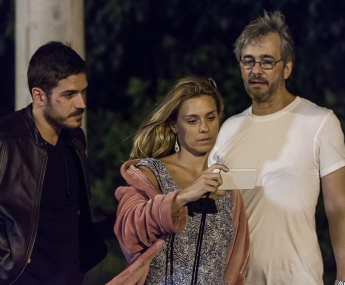 Atores assistem à novela ao lado do diretor Paulo Silvestrini (Foto: Artur Meninea/Gshow)
