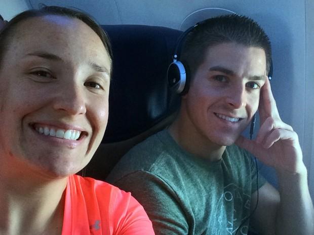 Foto não datada mostra os pais de Haiden, Emily e Chase Morgan, durante voo entre Miami e Ogden (Foto: Emily Morgan via AP, File)