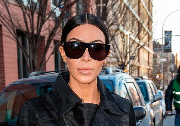 Kim Kardashian teve que dizer adeus aos óculos enormes – pelo menos, por enquanto (Foto: Reprodução)