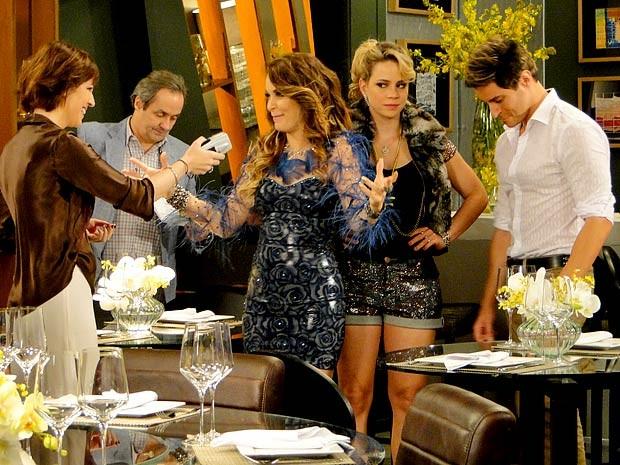 Só Chayene mesmo! A diva faz tudo para roubar a cena de Rosário (Foto: Cheias de Charme / TV Globo)