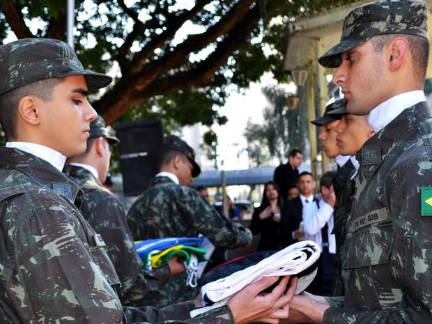 Militares levam bandeiras para hasteamento em solenidade de Piracicaba  (Foto: Rafael Bitencourt)