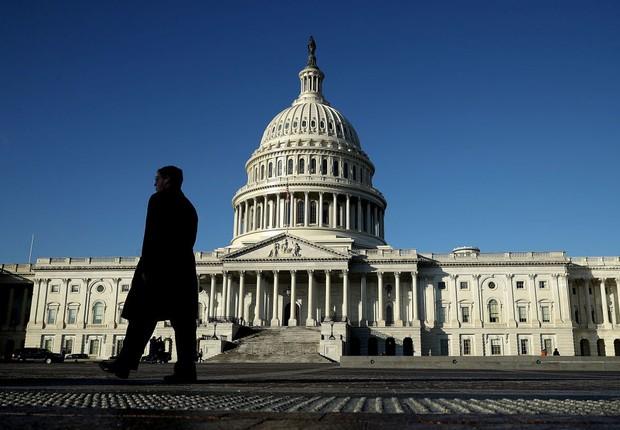 Homem caminha diante do Congresso dos Estados Unidos (Foto: Chip Somodevilla/Getty Images)