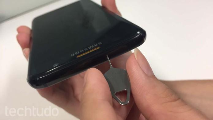 Encontre a bandeja para inserir um chip no Galaxy S7 (Foto: Ana Marques/TechTudo)