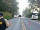 Caminhão tomba em acidente e bloqueia trânsito na BR-290 no RS