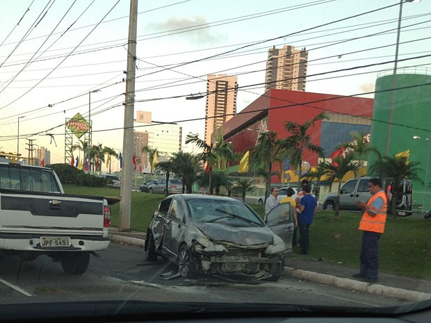 Veículo ficou parcialmente destruído após acidente na Paralela (Foto: Alexsandra Soares / Arquivo Pessoal)
