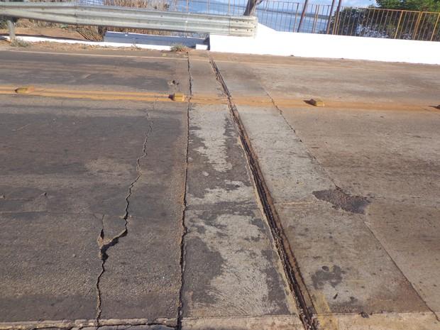 Rachaduras na ponte de Porto Nacional são visíveis (Foto: Vilma Nascimento/G1)