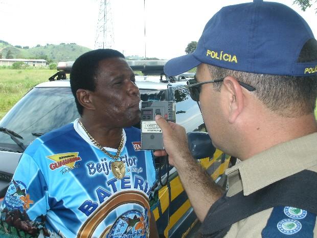 Sambista assopra o etilômetro na base da Polícia Rodoviária Federal, em Roseira (SP). (Foto: Divulgação/PRF)