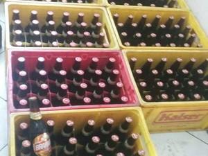 Cervejas eram adulteradas em chácara de Divinópolis (Foto: Polícia Militar/Divulgação)