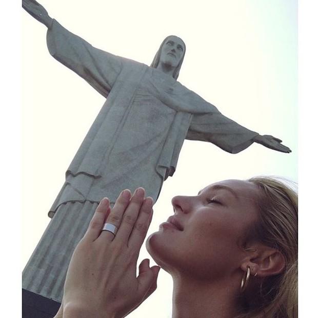 Candice Swanepoel posa com o Cristo Redentor ao fundo (Foto: Instagram/ Reprodução)