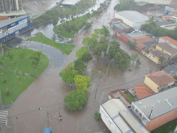 Praça entre avenidas Independência e 31 de Março ficou embaixo d'água em Piracicaba (Foto: Araripe Castilho/G1)
