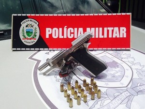 A pistola encontrada com um dos suspeitos foi apreendida e levada para Central de Polícia (Foto: Walter Paparazzo/G1)