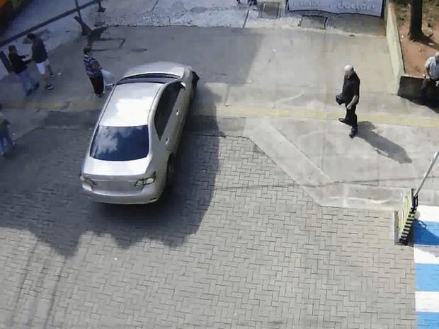 Antes de atropelar idoso, carro quase passou por cima de pedestre (Foto: Reprodução / Emurb)