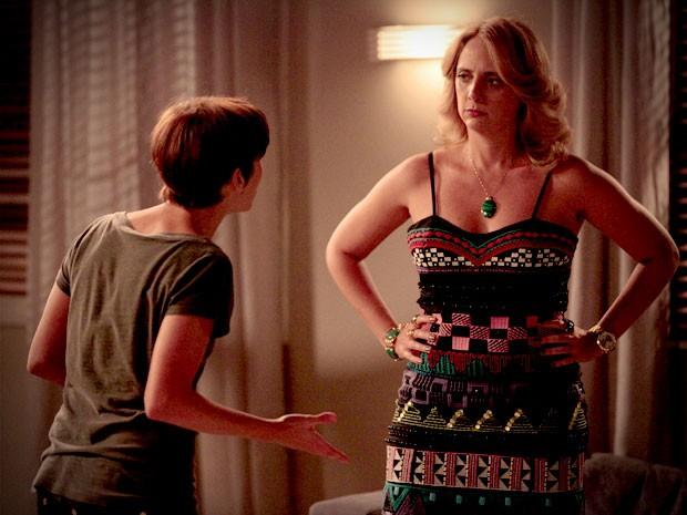 Nina fala mal de Carminha para Ivana (Foto: Avenida Brasil / TV Globo)