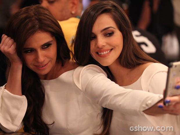 Giovanna Antonelli e Tainá Müller fazem 'selfie' no intervalo da gravação (Foto: Pedro Curi/TV Globo)