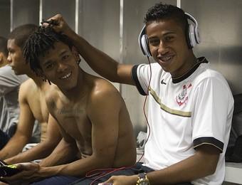 Denner, lateral-esquerdo Corinthians, atacante Romarinho (Foto: Divulgação/ Agência Corinthians)