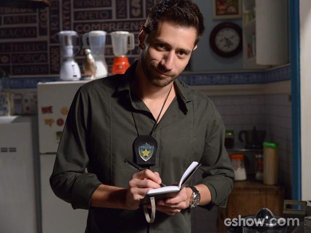 O ator se diverte posando com os objetos do personagem (Foto: Raphael Dias / TV Globo)