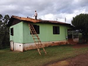 Casas de Quilombo foram destelhadas (Foto: Eduardo Cristofoli/RBS TV)