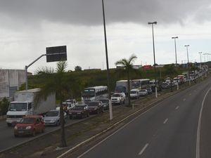 Trânsito ficou lento nos dois lados da rodovia de acesso à capital (Foto: Marina Fontenele/G1 SE)