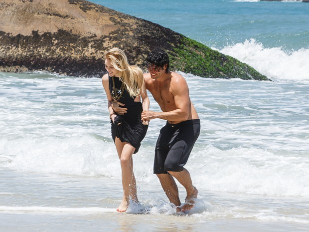 Acreditando na cegueira de Megan, Arthur a leva para molhar os pés (Foto: Artur Meninea/TV Globo)