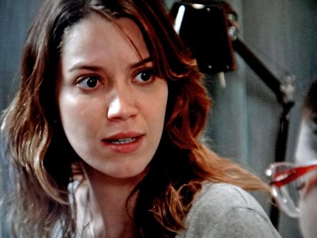 Laura não gosta do que ouve de Bia (Foto: TV Globo)